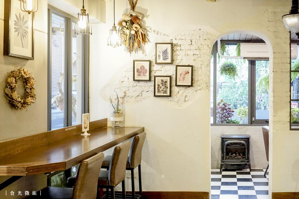 乾燥花點綴的牆面