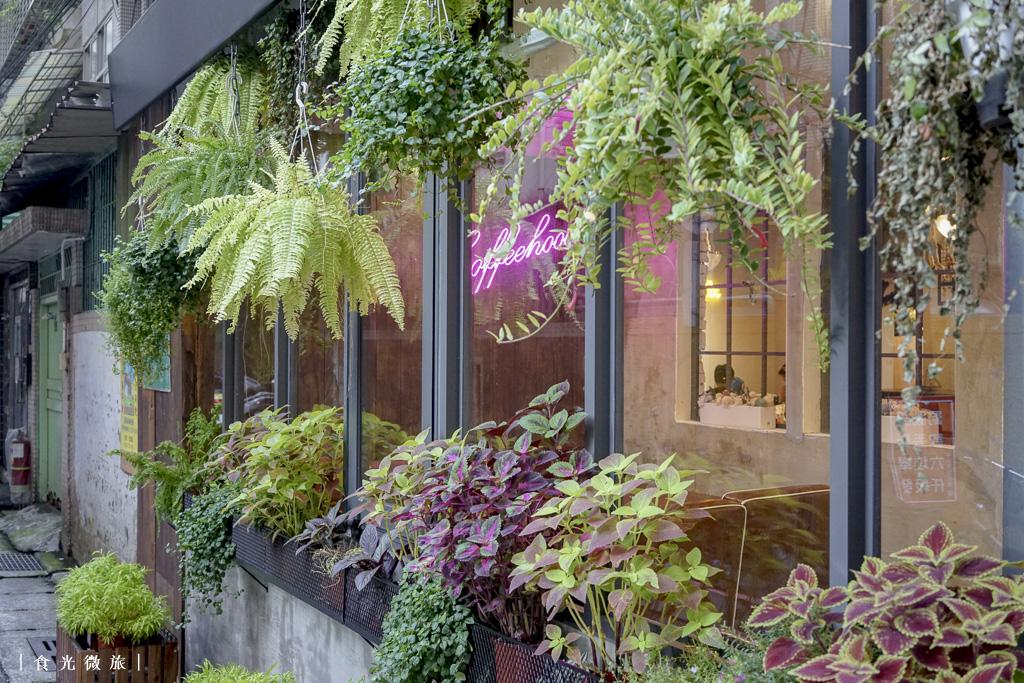 咖啡戶Coffeehood的牆面植物